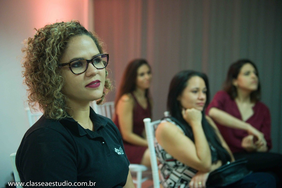 Palestra para noivas na Ferreira Costa sobre maquiagem e cabelo de casamento com Bela Studio de Noiva