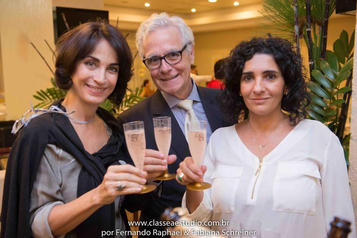 Claudia Matarazzo, Mario Ameni e Denise Ribeiro brindando com espumantes Rio Sol no salão de noivas e festas wedding day
