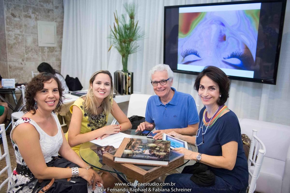 Clarice do Senac, Tarciana Moraes, Mario Ameni e Claudia Matarazzo apreciando os albuns do Classe A Estudio de Fernando Raphael e Fabiana Schreiner no salão de noivas e festas wedding day