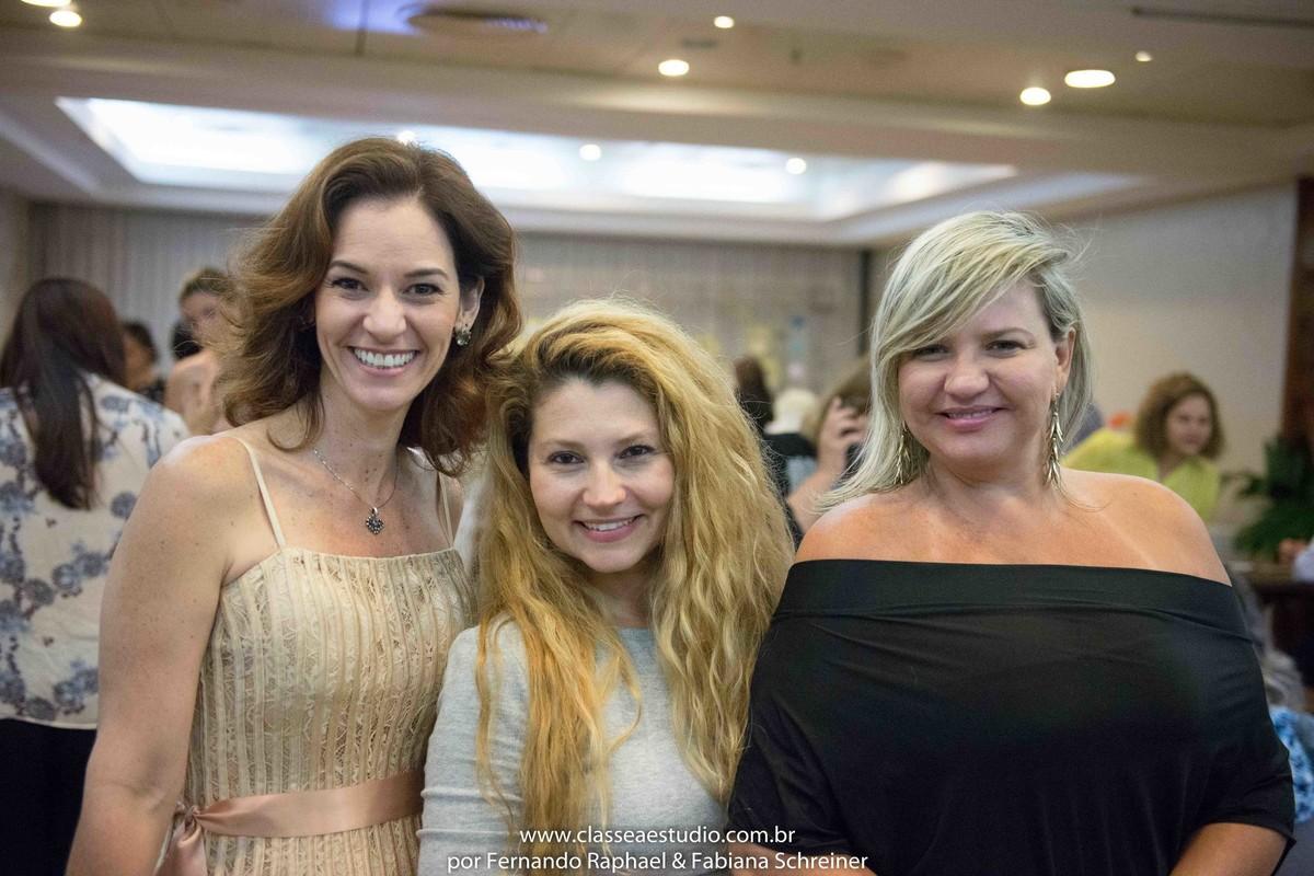A assessora Paola Muniz do evento Lovely 15, Fabiana Schreiner e Ana Paula Goes do buffet Barrozo durante o salão de noivas e festas wedding day