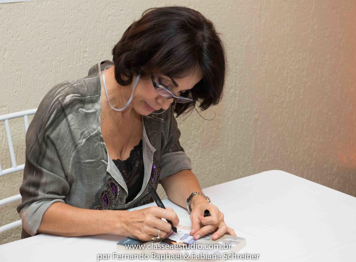 Sessão de autógrafos de Claudia Matarazzo no salão de noivas e festas wedding day