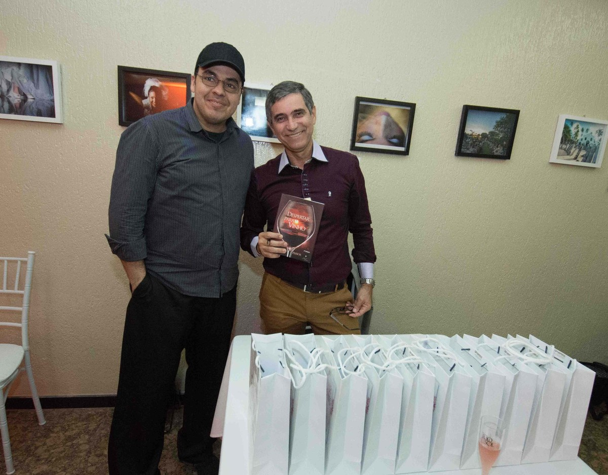 Sessão de autógrafos do consultor internacional de vinhos Gilvan Passos com Beto Karioca no salão de noivas e festas wedding day