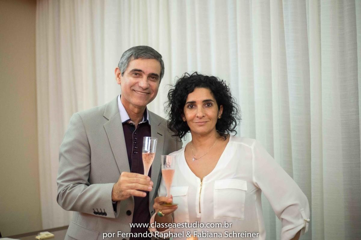 Sessão de autógrafos do consultor internacional de vinhos Gilvan Passos com Denise da Rio sol no salão de noivas e festas wedding day