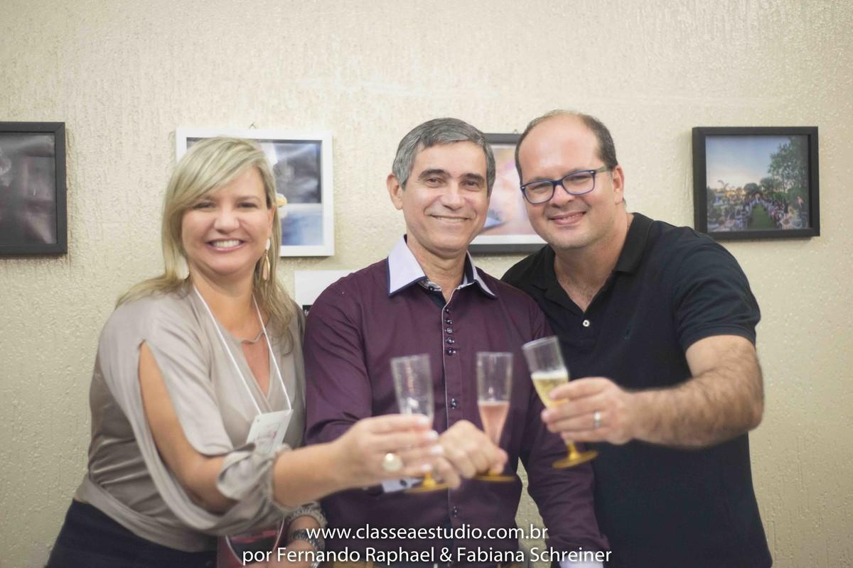 Sessão de autógrafos do consultor internacional de vinhos Gilvan Passos com Ana Paula Goes e Fernando Raphael no salão de noivas e festas wedding day