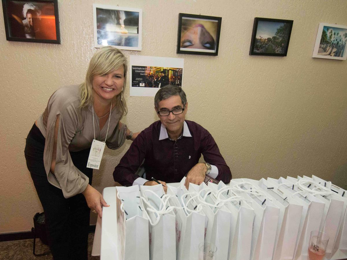Sessão de autógrafos de Gilvan Passos com Ana Paula Goes no salão de noivas e festas wedding day