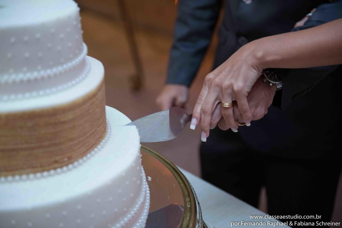 o corte do bolo de casamento