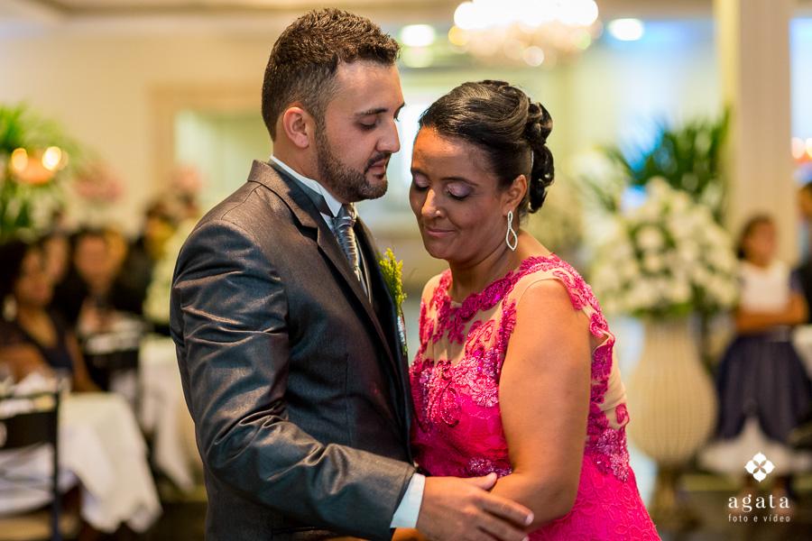 Carinho do noivo com mãe