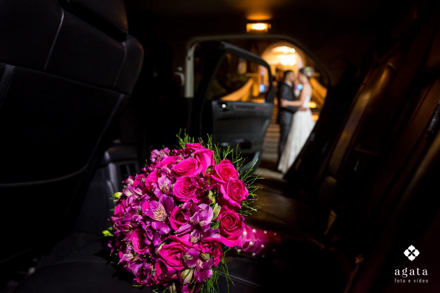 Detalhe do bouquet da noiva no carro