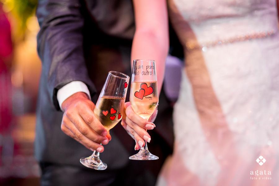 Detalhe do brinde dos noivos