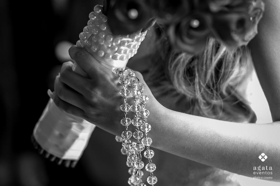 Detalhe da noiva antes de sua entrada na igreja