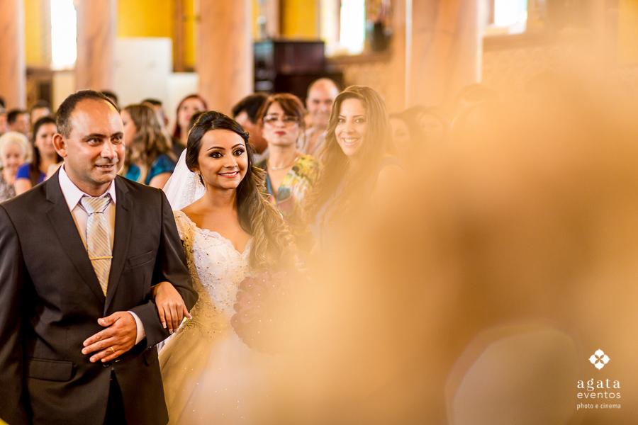 Noiva entrando no Igreja Matriz de São José dos Pinhais
