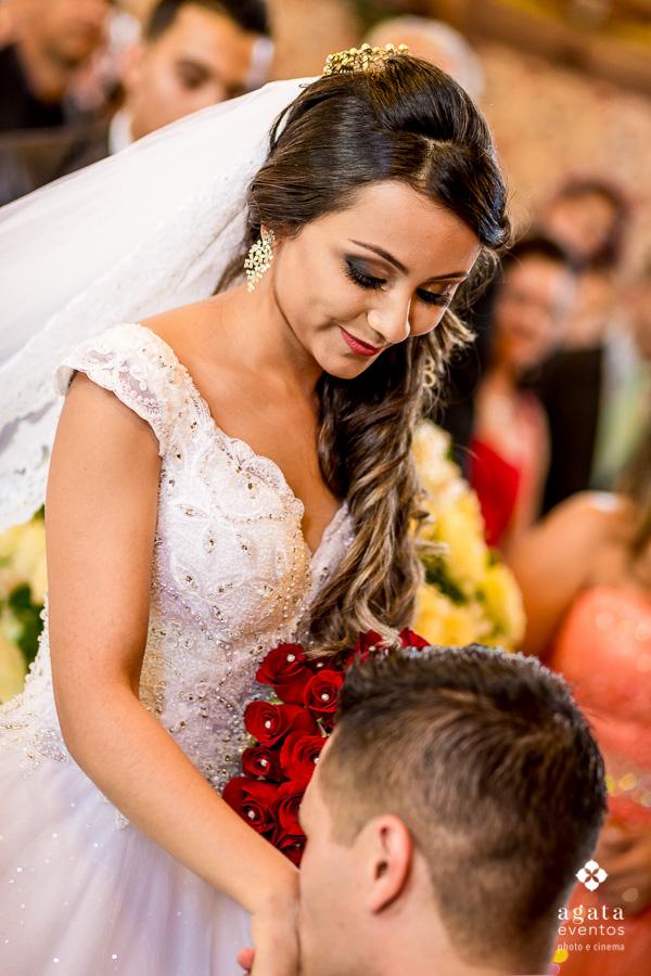 Beijo do noivo ao recepcionar sua noiva