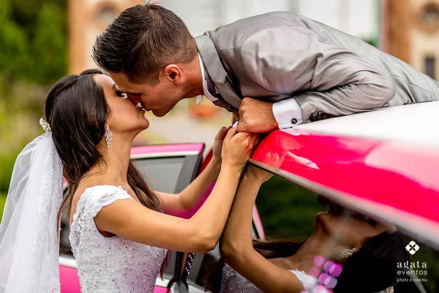 Beijo do casal na limousine rosa