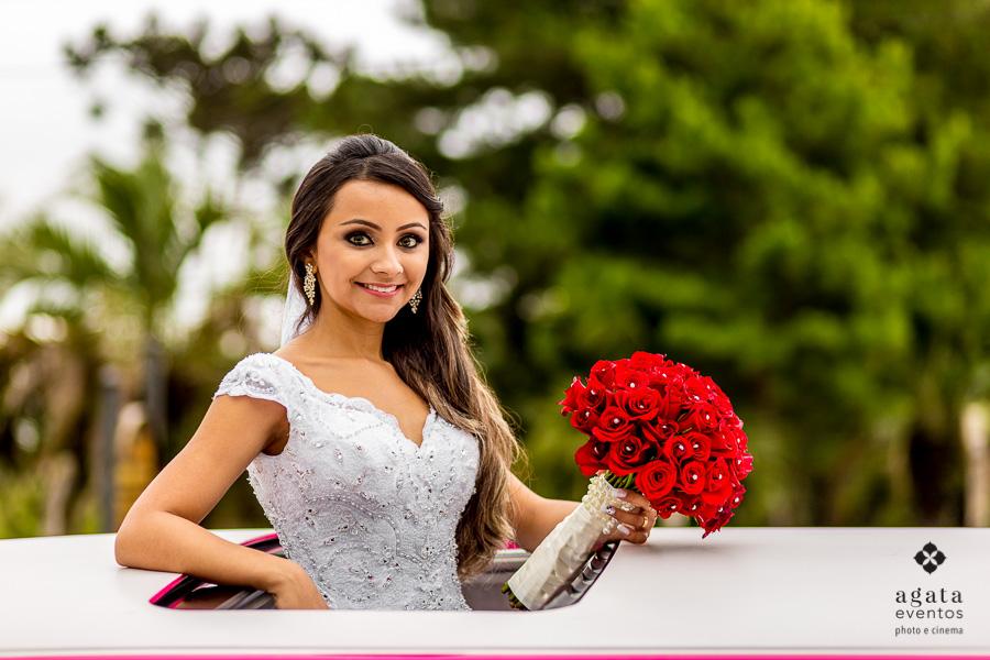 Foto da noiva no teto da limousine rosa