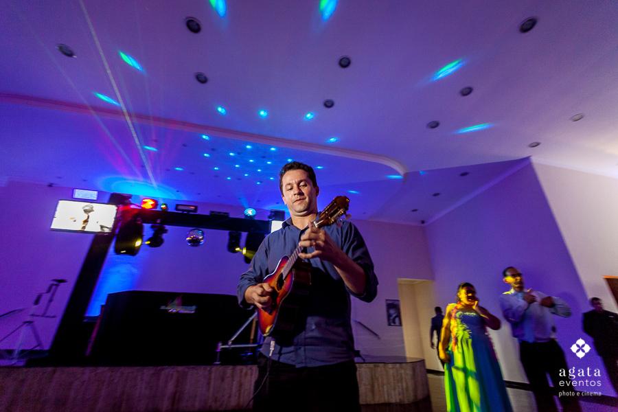 DJ André Murilo tocando cavaquinho