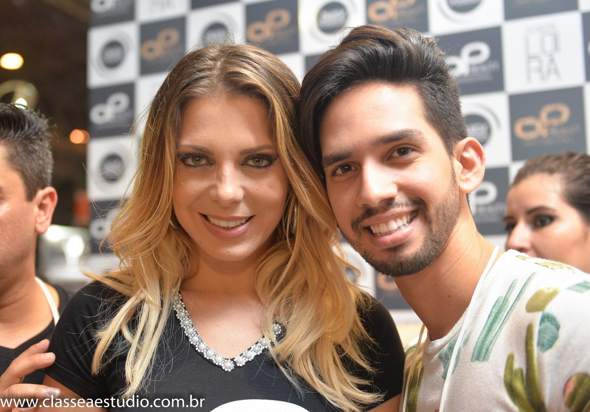 Sheila Melo e maquiador profissional