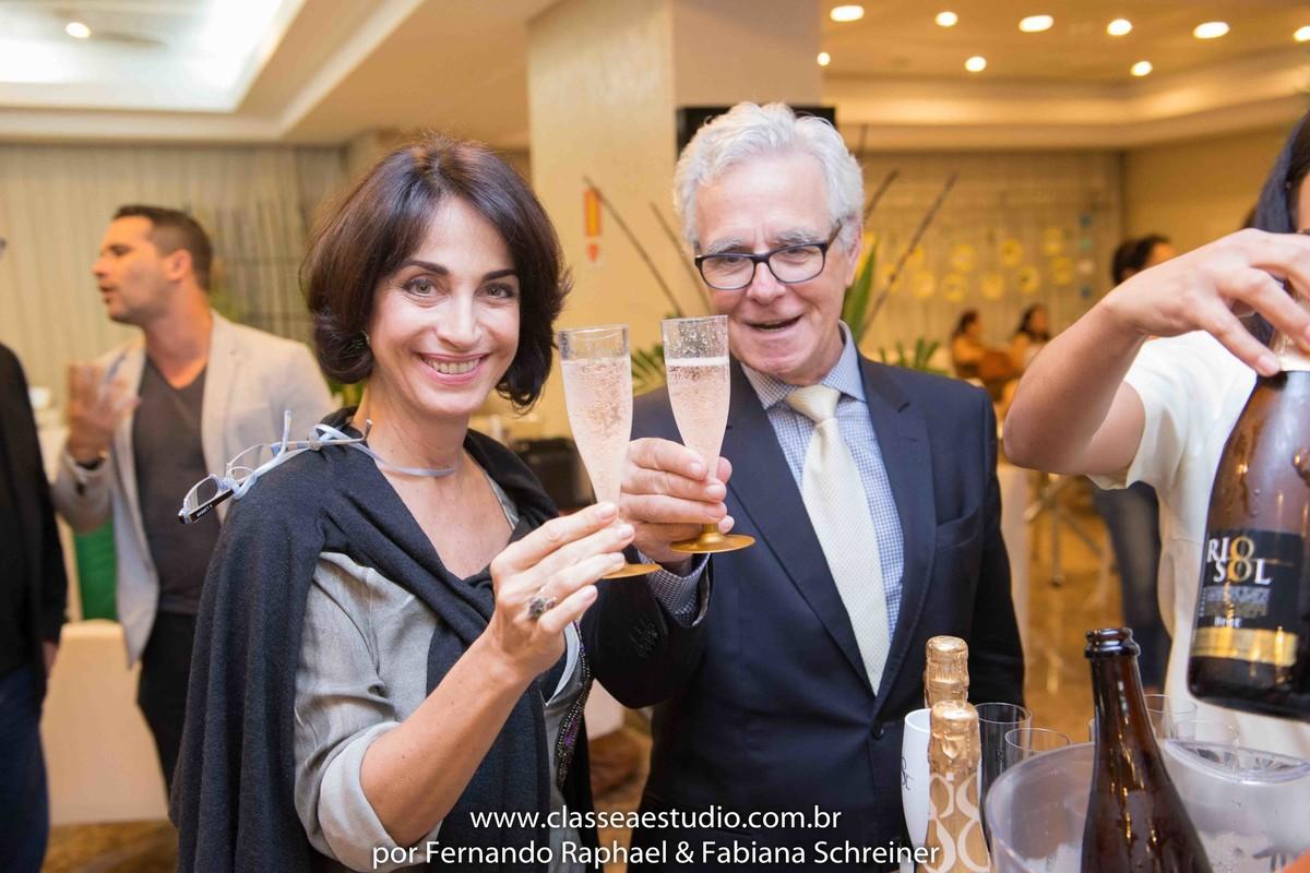 Claudia Matarazzo e Mario Ameni brindando com espumantes Rio Sol no salão de noivas e festas wedding day