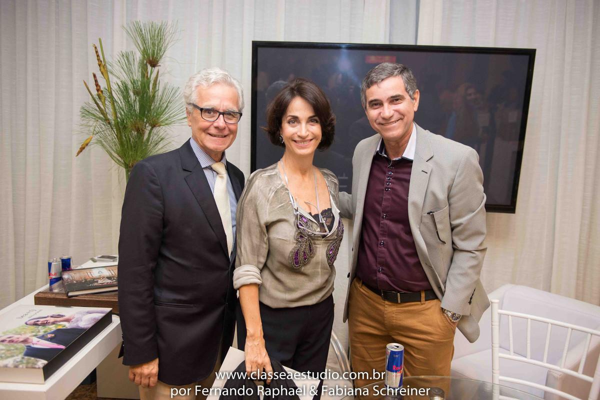 O consultor internacional de vinhos Gilvan Passos com Claudia Matarazzo e Mario Ameni no salão de noivas e festas wedding day