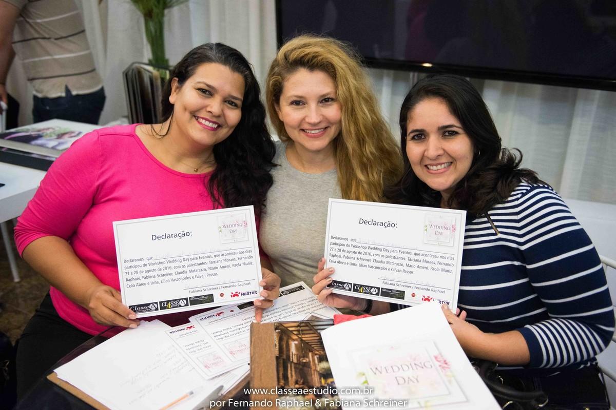 Entrega dos certificados do workshop para cerimoniais por Fabiana Schreiner durante o salão de noivas e festas wedding day
