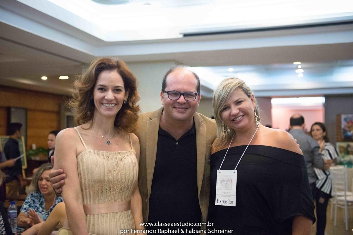 A assessora Paola Muniz do evento Lovely 15, Fernando Raphael e Ana Paula Goes do buffet Barrozo durante o salão de noivas e festas wedding day