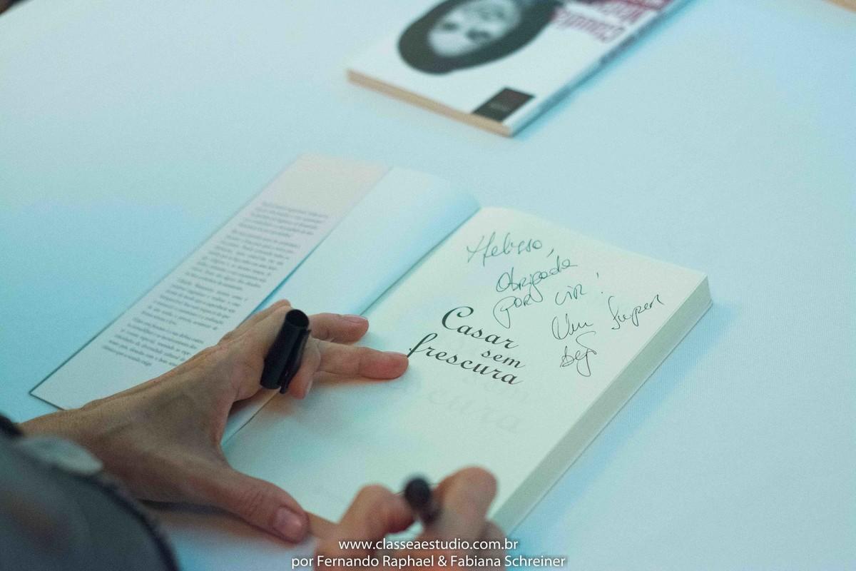 Sessão de autógrafos do livro casar sem frescura de Claudia Matarazzo no salão de noivas e festas wedding day