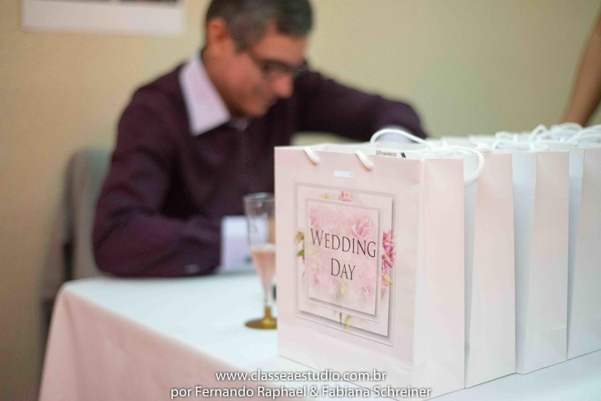 Sessão de autógrafos do consultor internacional de vinhos Gilvan Passos no salão de noivas e festas wedding day