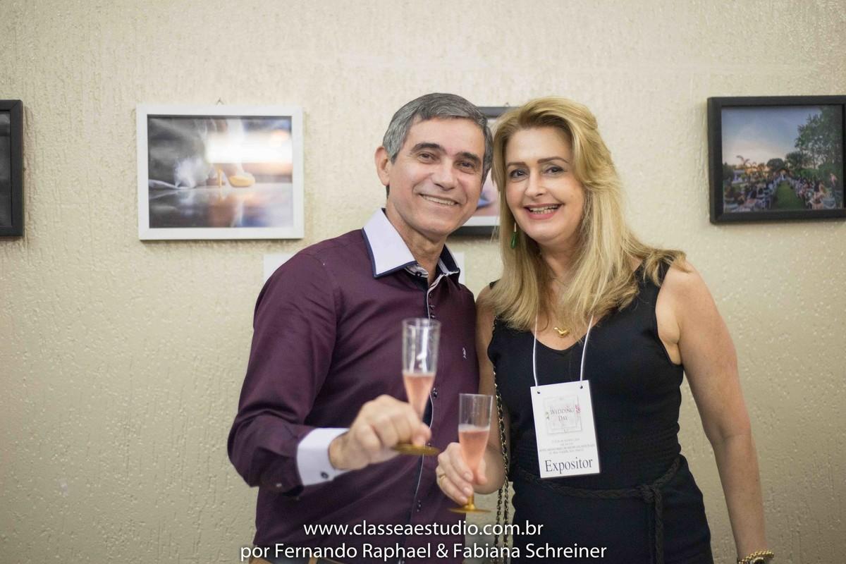 Sessão de autógrafos do consultor internacional de vinhos Gilvan Passos com Vania Coutinho no salão de noivas e festas wedding day