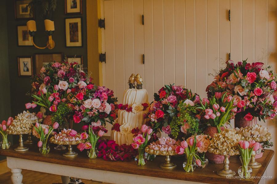 mesa do bolo linda na casa de campo no casamento em monte verde MG