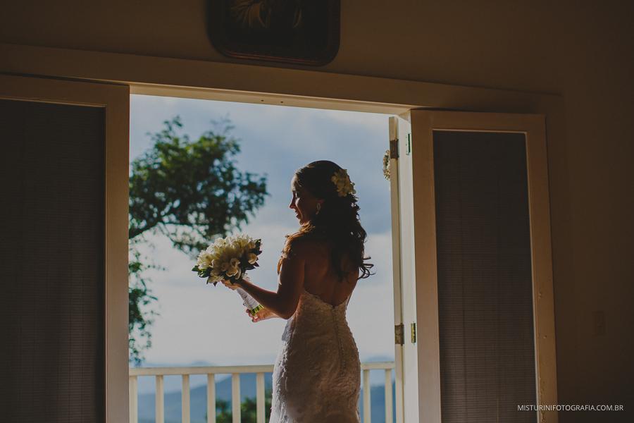 uma linda foto na janela noiva casamento em monte verde