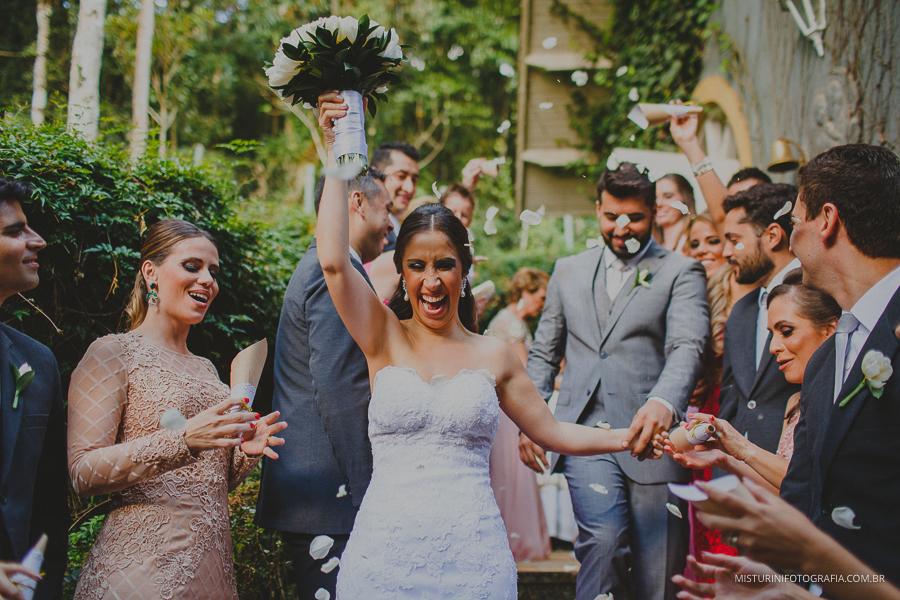 destination wedding saída dos noivos chuva de pétalas casamento em monte verde