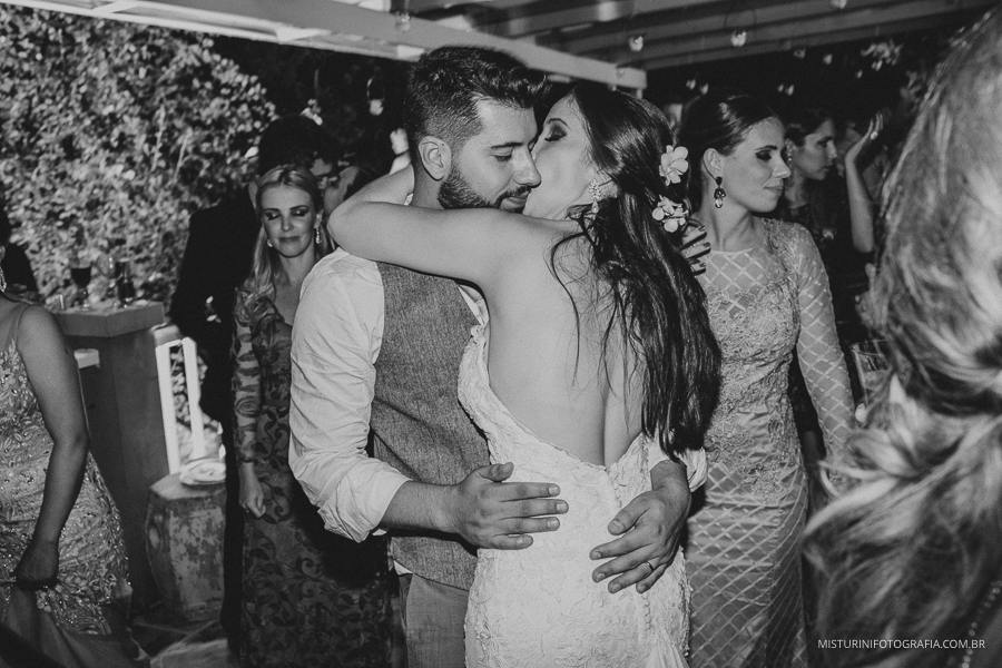 destination wedding noivos beijando na festa do casamento no campo