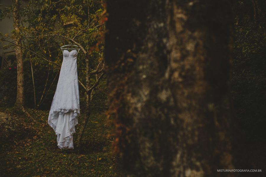 vestido da noiva pendurado em uma arvore no casamento em monte verde MG