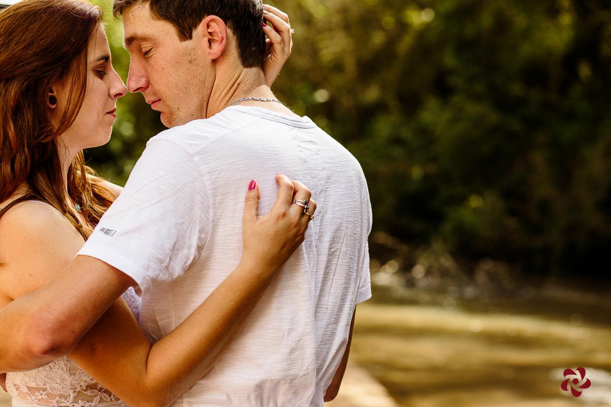Casal se abraçando com o rosto colado