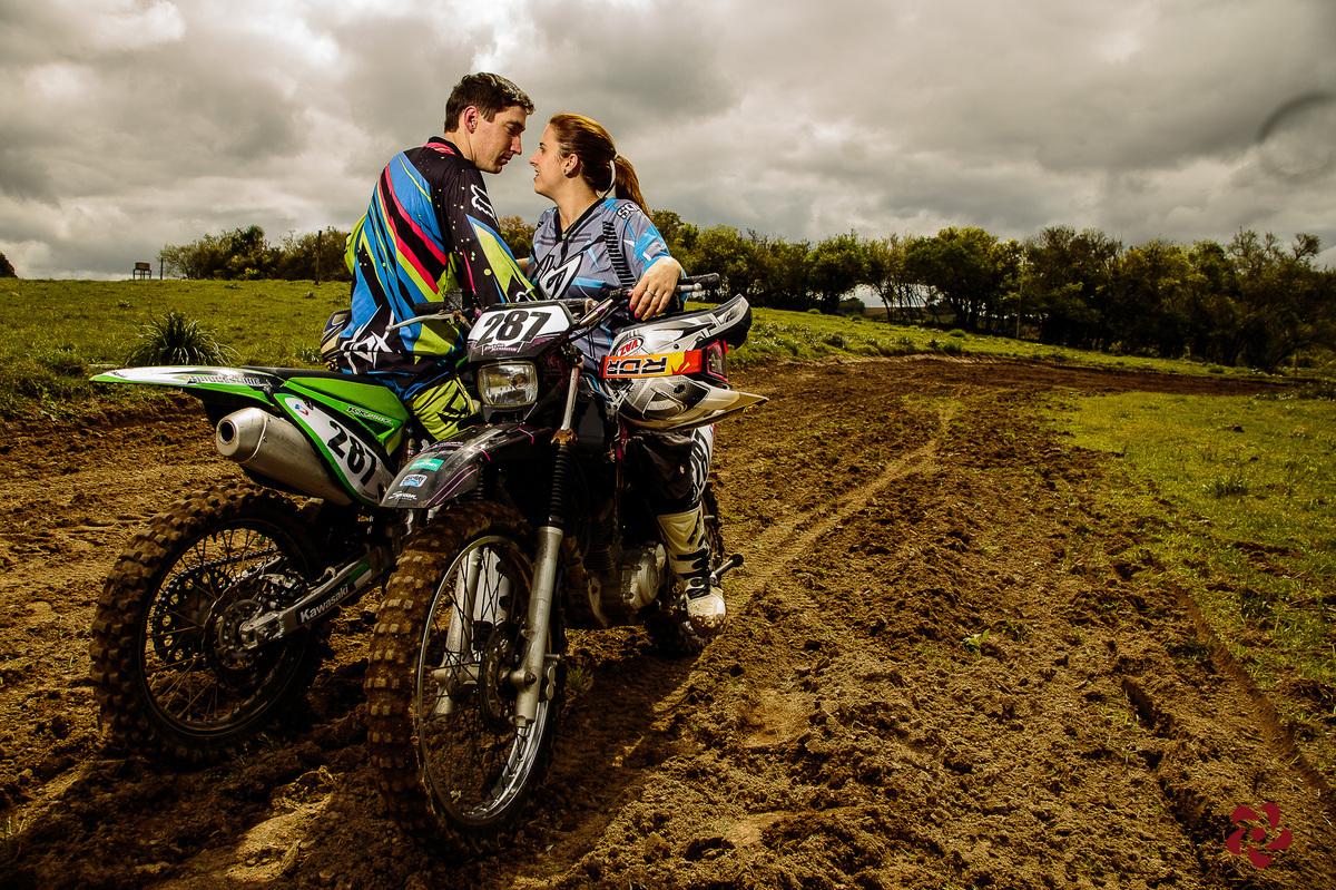 Casal se olhando em cima da motocicleta