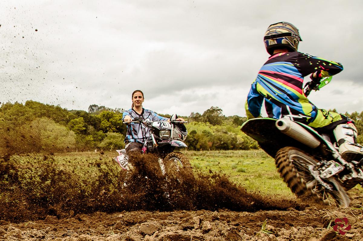 Casal fazendo motocross