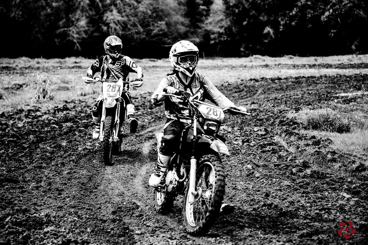 Casal andando juntos de motocicleta