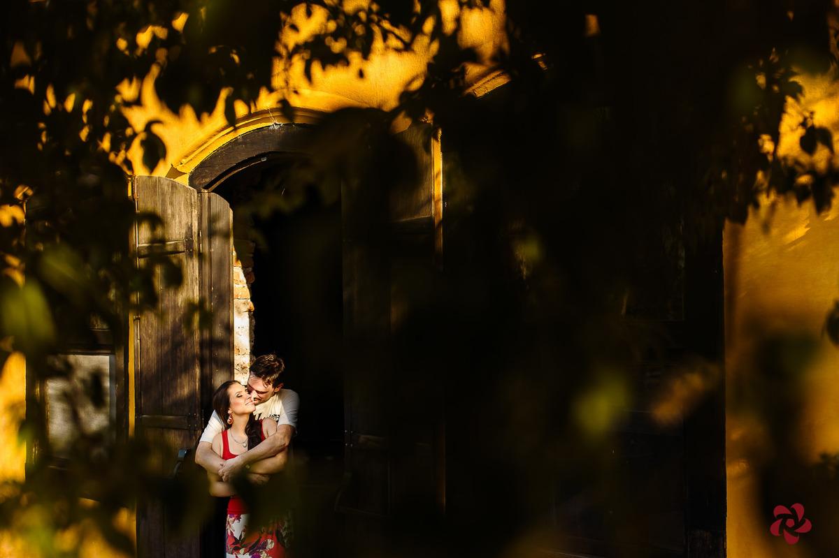 Carinho dos noivos em bela fotografia