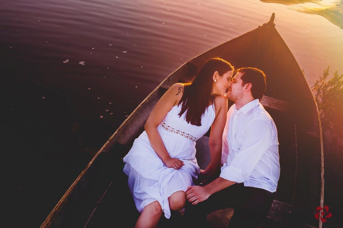 Laura e Marcos dentro do barquinho