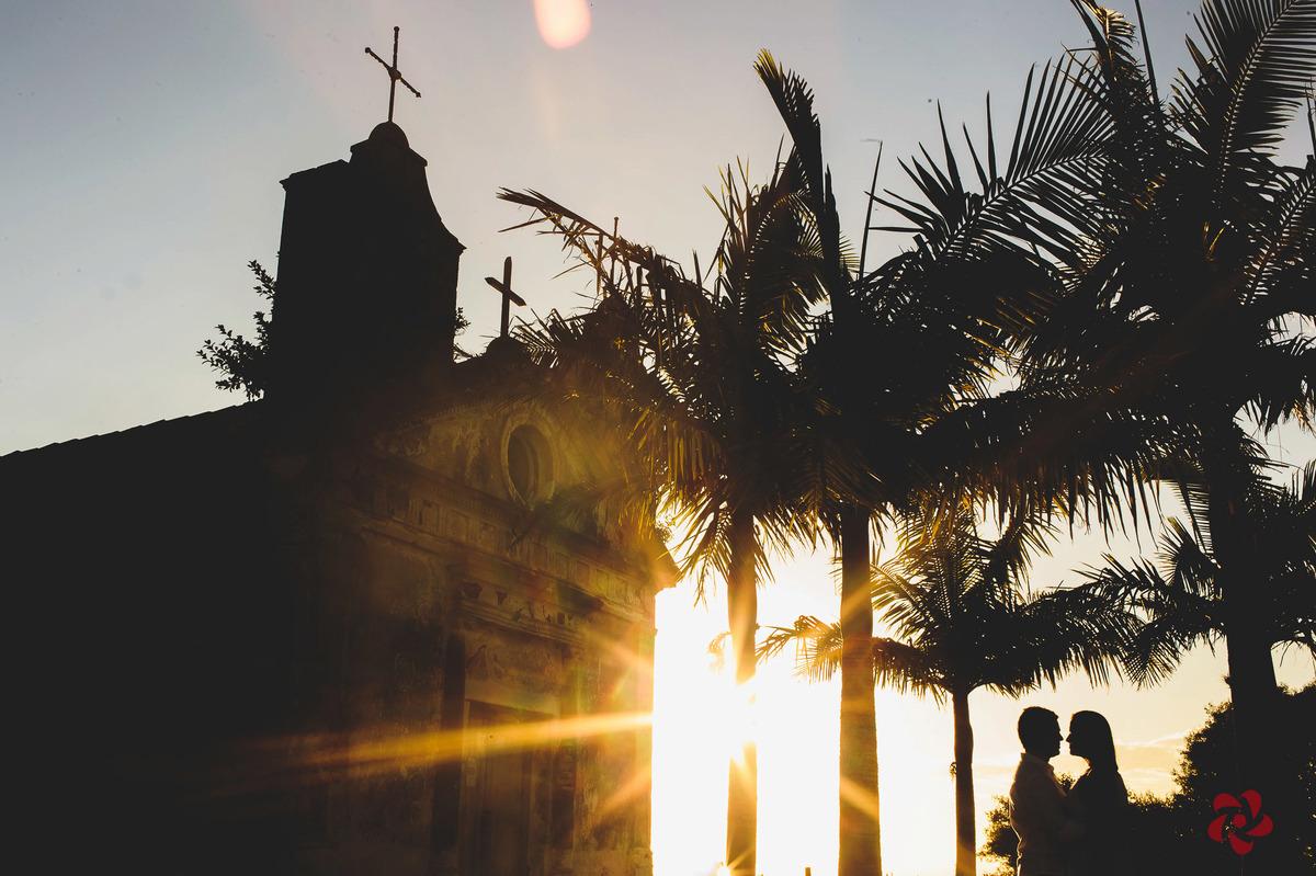 Silhueta dos noivos com o sol ao fundo da foto
