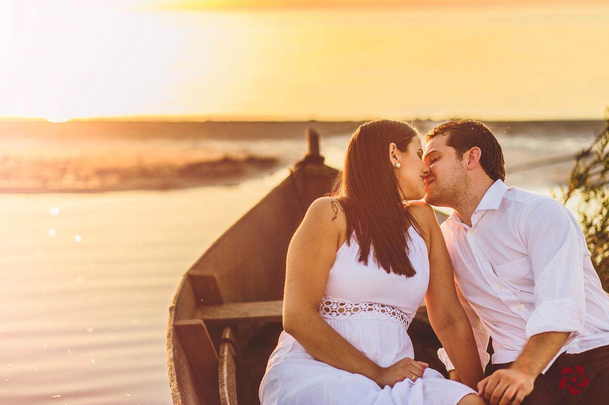 Noivos se beijando dentro do barquinho
