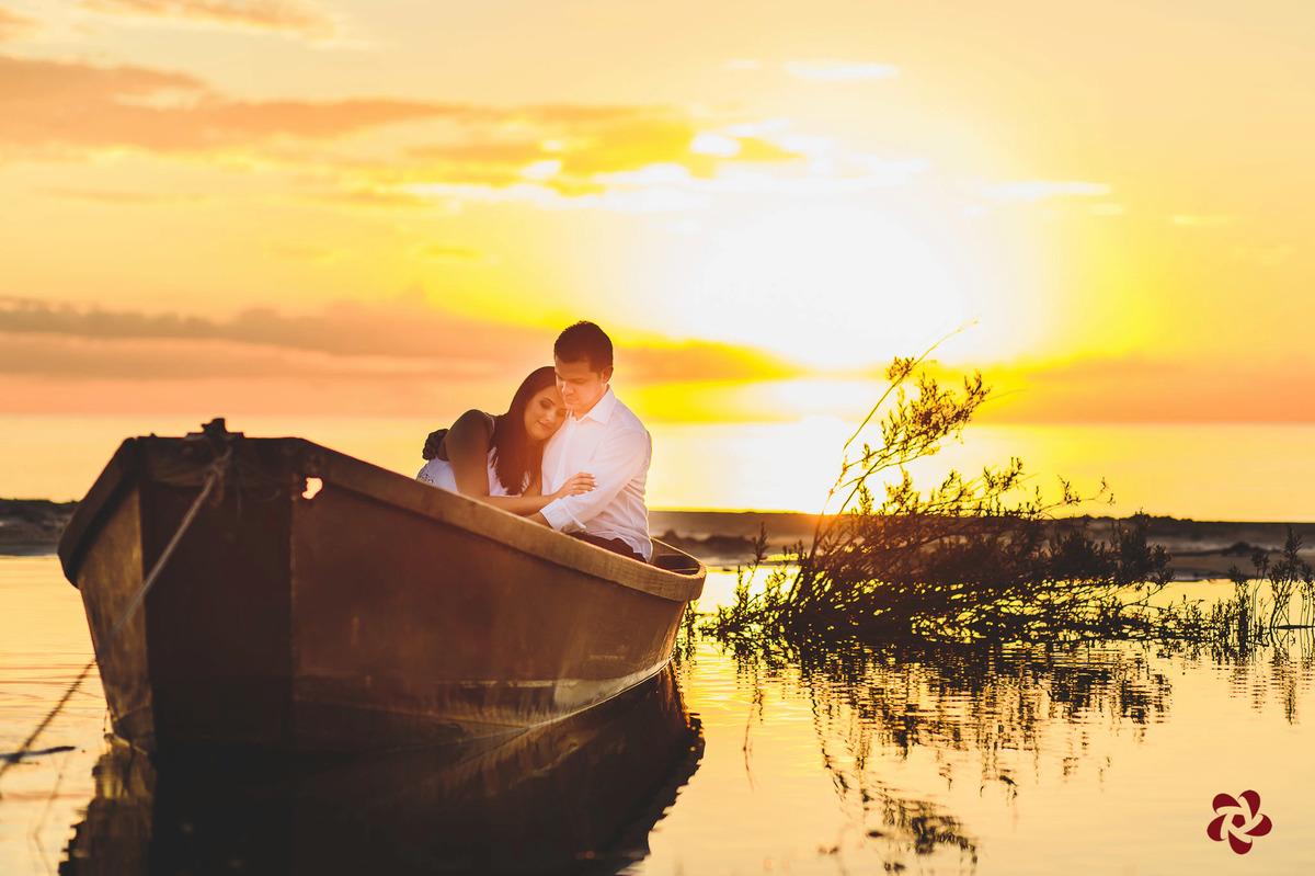 Marcos abraçando a Laura dentro do barquinho