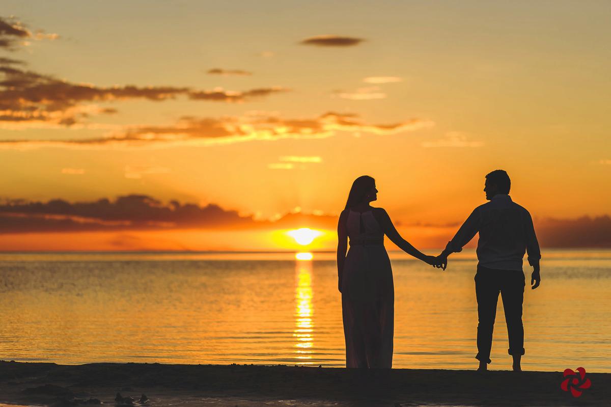 Noivos se olhando no por do sol