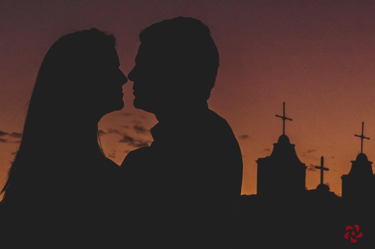 SIlhueta dos noivos com a igreja ao fundo