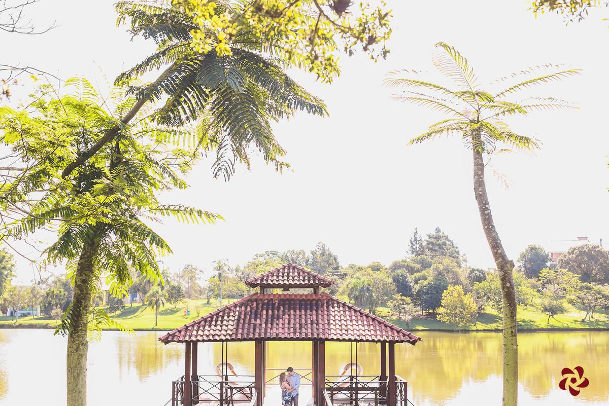 Noivos na casinha do lago na Via do Sol Poente