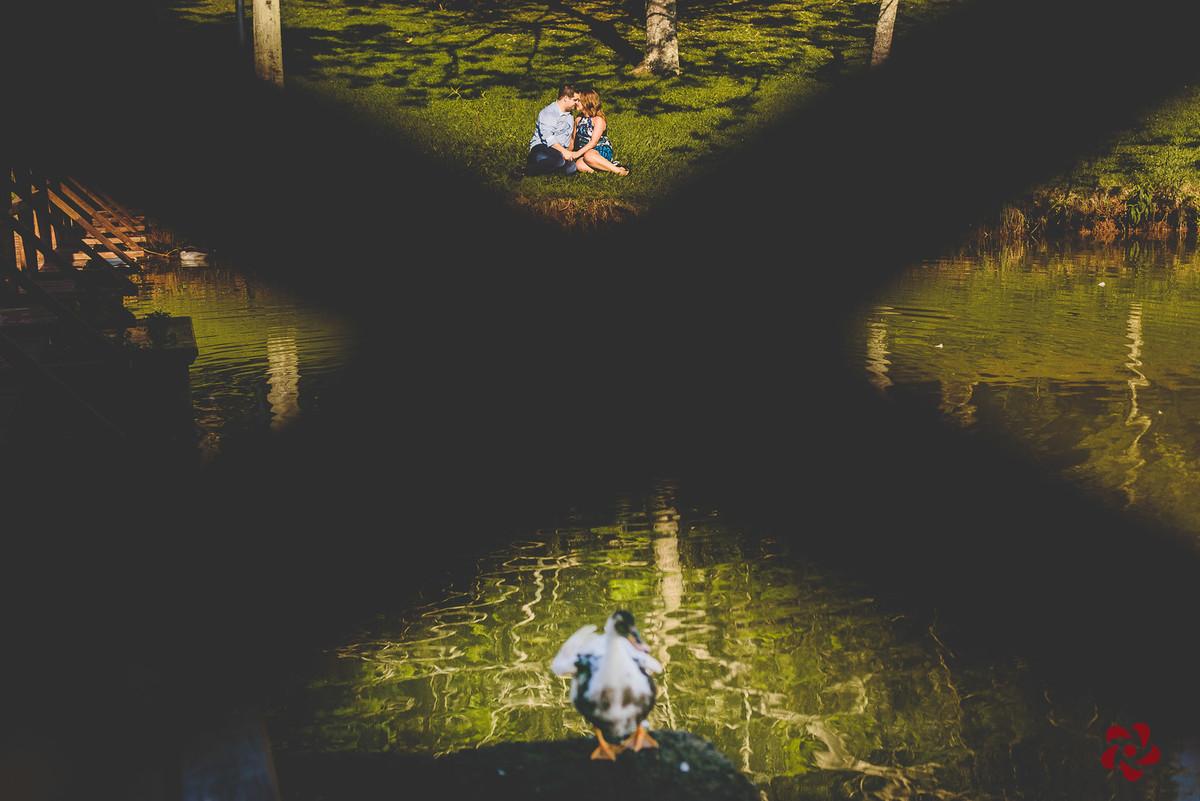 Reflexo dos noivos na agua do lago