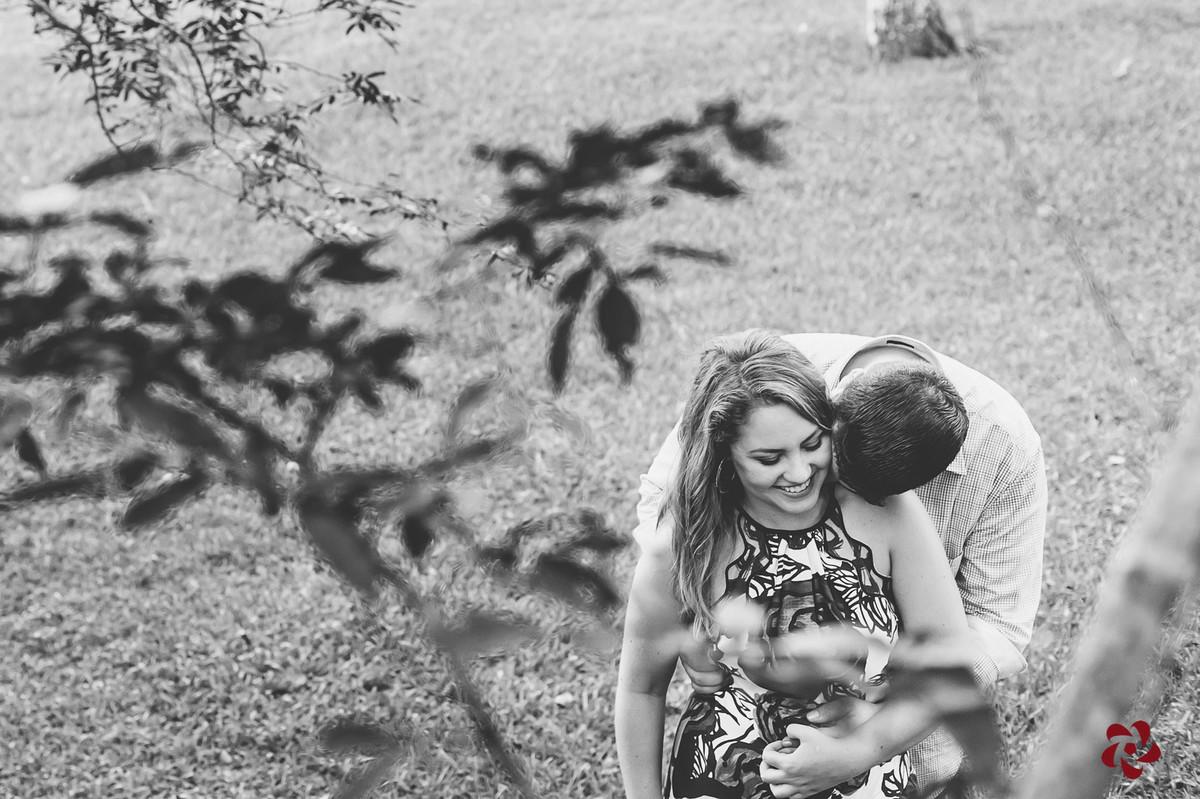 Noivo abracando a beijando a Claudia