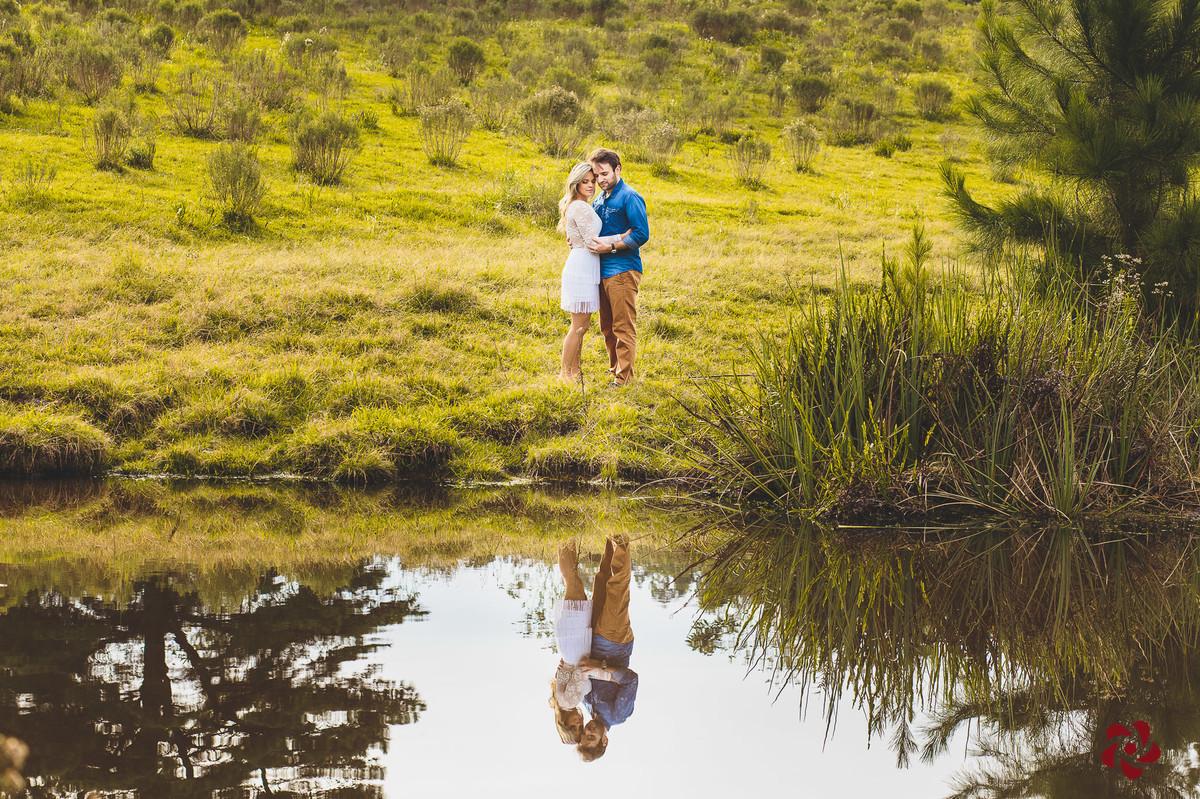 Casal refletido no lago