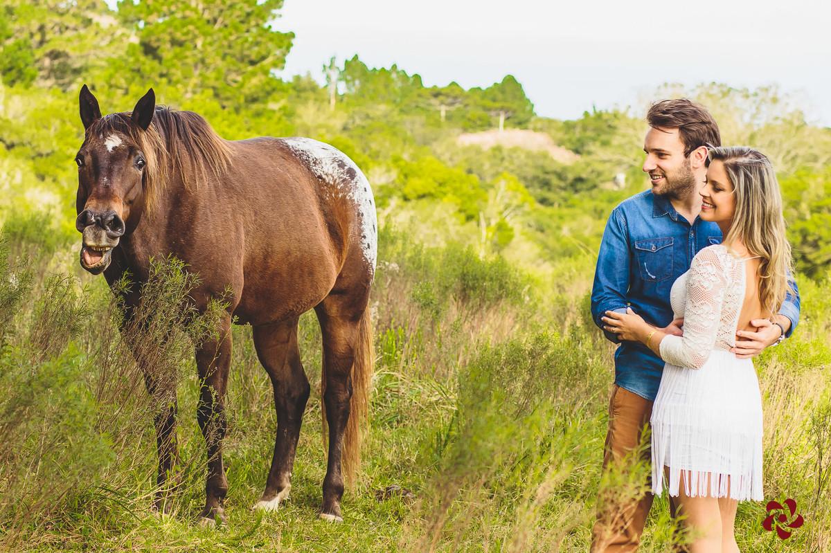 Noivos olhando o cavalo