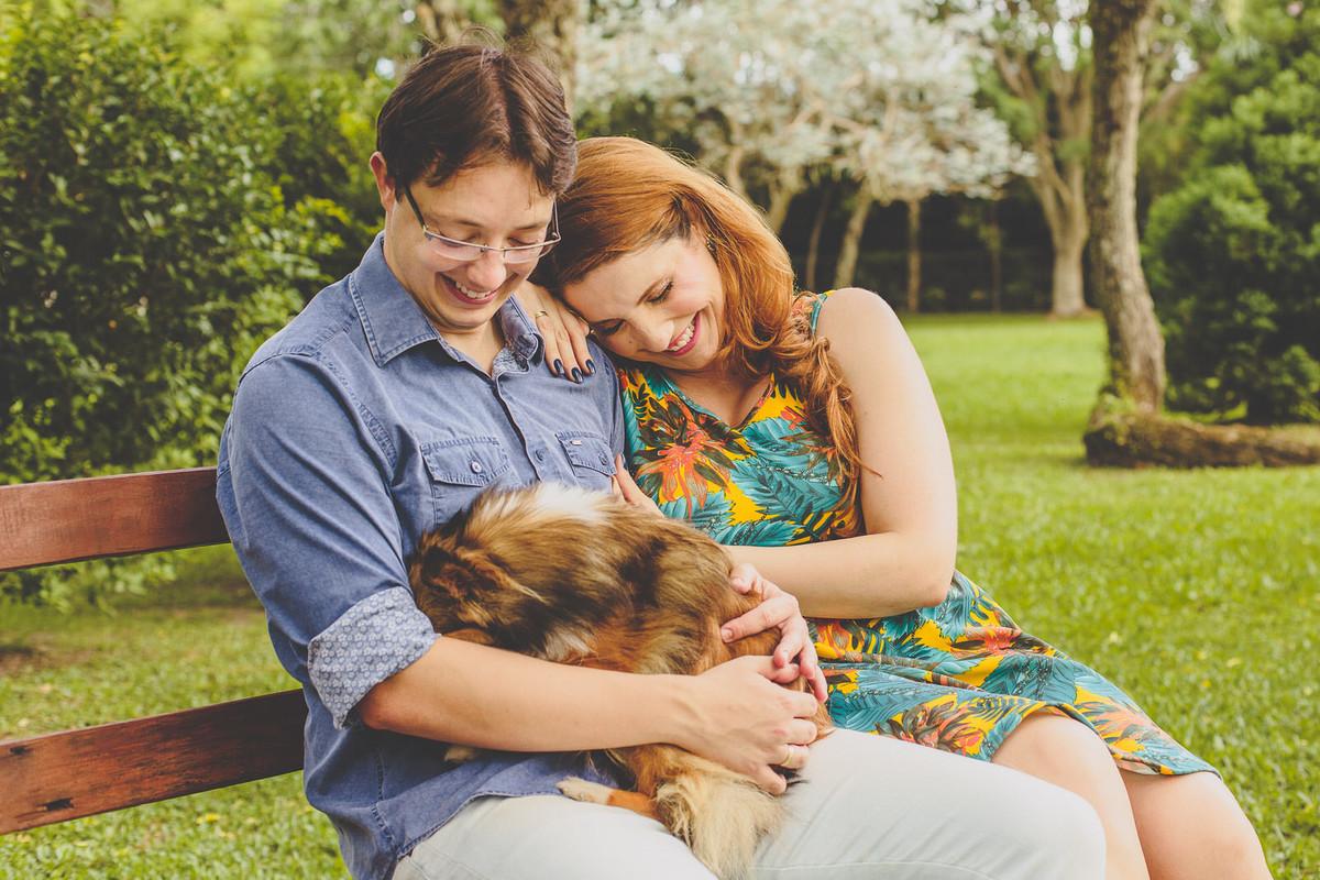 Noivos admirando seu cachorro