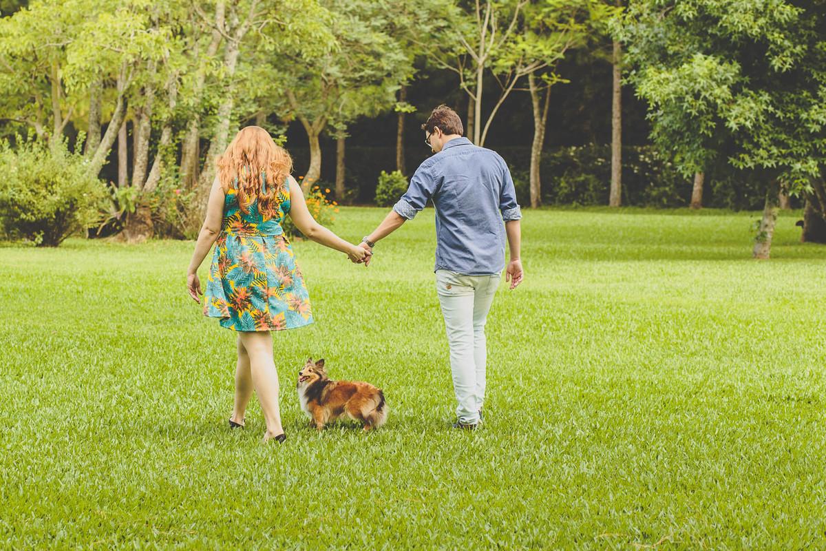 Cachorro caminhando com os noivos